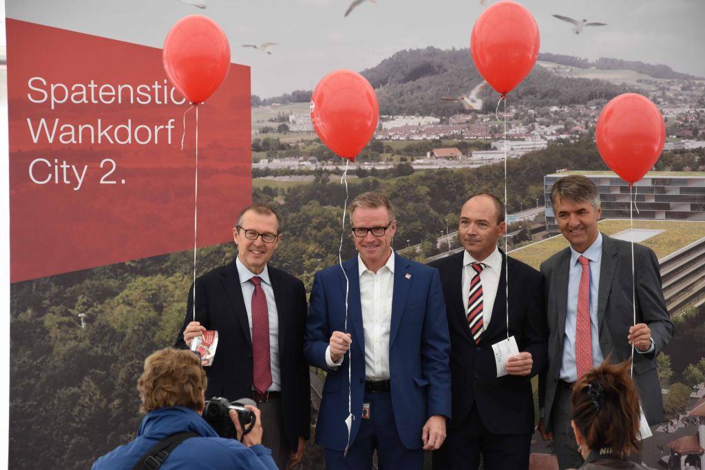 V.l.: Alec von Graffenried (Stadtpräsident Bern), Pascal Bärtschi (CEO Losinger Marazzi), Andreas Meyer (CEO SBB) und Markus Hongler CEO Mobiliar). zVg