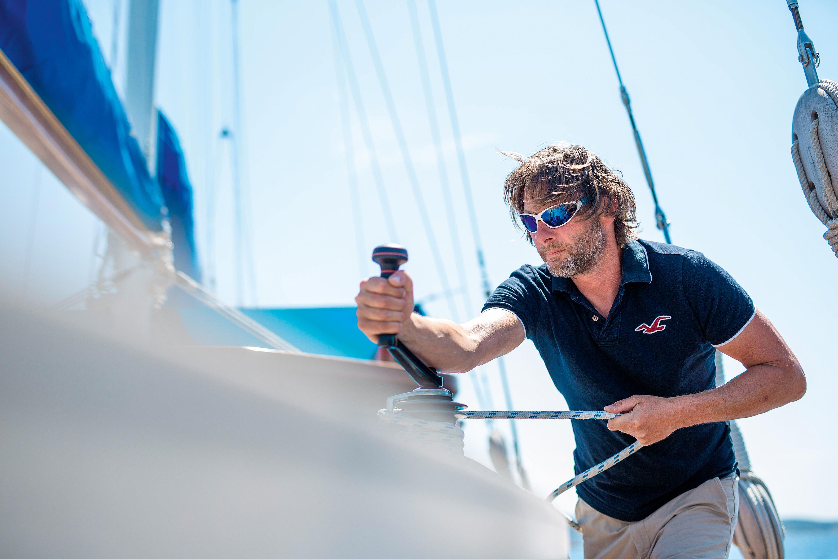 Der Skipper: Markus Kläy lässt die Gäste auch mithelfen.