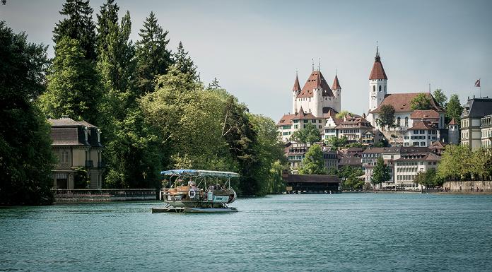 Thun, Stadt am Wasser: Hier verlässt die Aare den Thunersee und fliesst durch die Innenstadt weiter nach Bern.