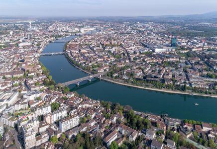 Das heimliche Wahrzeichen Basels ist der Rhein: Luftaufnahme Rheinknie Basel.